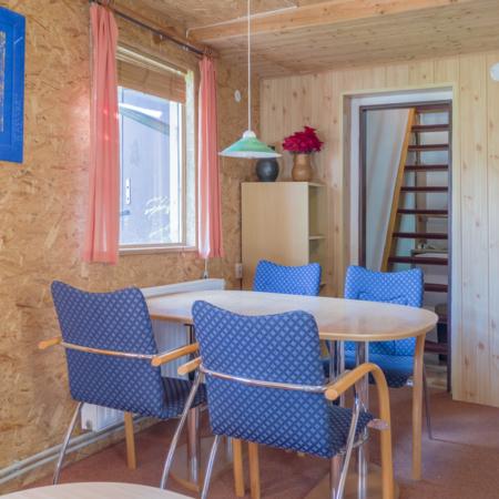 obývák v chatě, jídelna