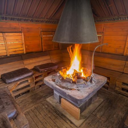 opékání buřtů, grilování, gril, ohniště